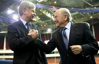 Николай Толстых (слева) и президент ФИФА Йозеф Блаттер