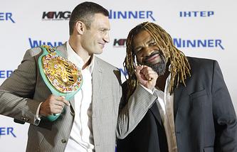 Украина. Киев. 30 августа 2010 года. Боксеры Виталий Кличко и Шеннон Бриггс (слева направо) во время пресс-конференции, посвященной предстоящему поединку в Гамбурге.
