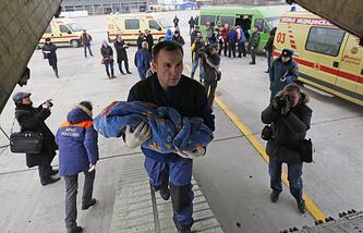 Транспортировка ребенка на спецборт МЧС для отправки в Москву