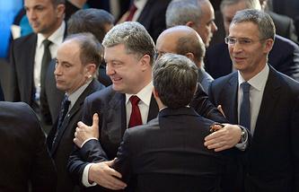 Президент Украины Петр Порошенко на Мюнхенской конференции по безопасности 7 февраля 2015 года. Справа генеральный секретарь НАТО Йенс Столтенберг