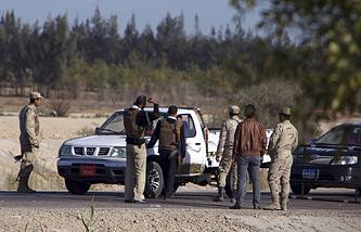 Проверка блокпоста египетскими солдатами к востоку от Каира