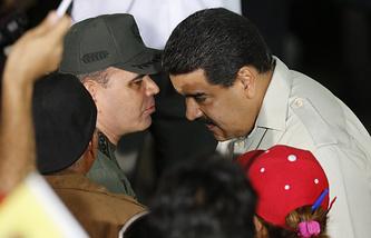 Президент Венесуэлы Николас Мадуро общается с министром обороны Падрино Лопесом после спецоперации по задержанию Антонио Ледесмы