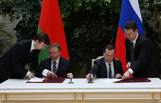 Премьер-министр Белоруссии Андрей Кобяков и премьер-министр России Дмитрий Медведев на церемонии подписания совместных документов