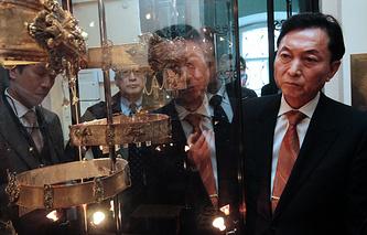 Экс-премьер Японии Юкио Хатояма во время посещения Крымского этнографического музея в Симферополе