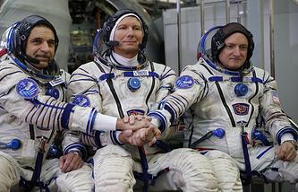 Российские космонавты Михаил Корниенко, Геннадий Падалка и американский космонавт Скотт Келли (слева направо) на комплексных экзаменационных тренировках в Центре подготовки космонавтов им.Гагарина в Звездном городке
