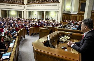 Президент Украины Петр Порошенко (справа) на заседании Верховной рады