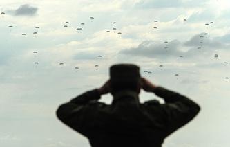 Десантирование во время учений в рамках комплексной внезапной проверки боеготовности войск ЦВО