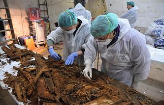 Ученые разбирают фрагменты гроба, в котором были обнаружены останки Мигеля Сервантеса. Январь 2015 года