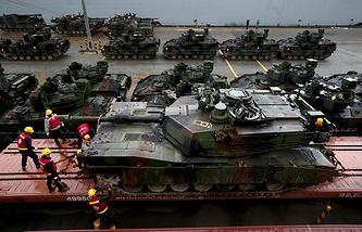"""Американский танк М1А2 """"Абрамс"""" (на первом плане) и боевые машины М2А3 """"Брэдли"""""""