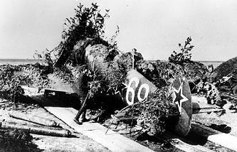 Маскировка советского самолета в районе Дуклинского перевала