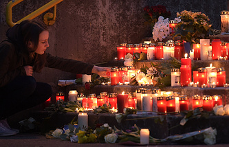 Цветы и свечи в память о пассажирах самолета авиакомпании Germanwings, Германия