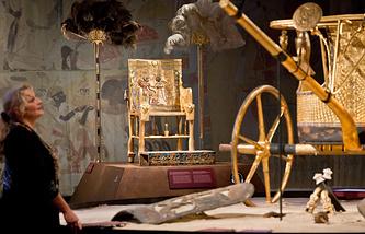 Копия тронного кресла и колесницы Тутанхамона на выставке в Германии