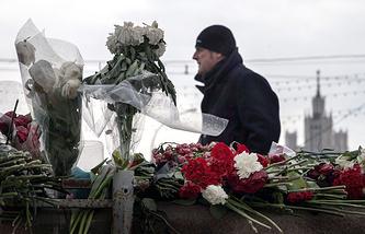 Цветы на месте убийства политика Бориса Немцова на Большом Москворецком мосту