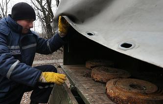 Работа пиротехнической группы МЧС ДНР по разминированию мин и снарядов в Донецке