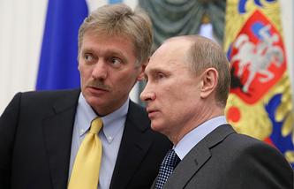 Пресс-секретарь президента РФ Дмитрий Песков и президент России Владимир Путин