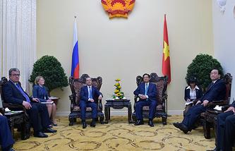 Премьер-министр РФ Дмитрий Медведев и премьер-министр Вьетнама Нгуен Тан Зунг во время встречи в Президентском дворце