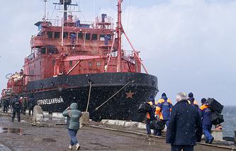 """Судно """"Справедливый"""", доставившее выживших моряков и тела погибших членов экипажа с затонувшего траулера """"Дальний Восток"""""""