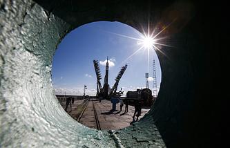 """Ракета-носитель с """"Союзом ТМА-16М"""" установлена на """"Гагаринский старт"""" в Байконуре."""