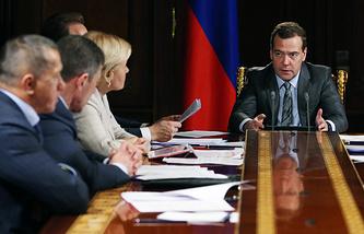 Премьер-министр РФ Дмитрий Медведев (справа) на совещании с вице-премьерами РФ