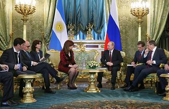 Президент Аргентины Кристина Фернандес де Киршнер и президент РФ Владимир Путин (в центре)