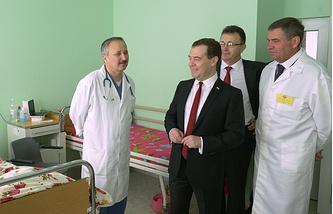 Дмитрий Медведев во время посещения больницы в Симферополе