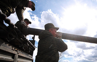 Военнослужащие трубопроводных войск РФ во время работ по восстановлению водоснабжения в Крыму