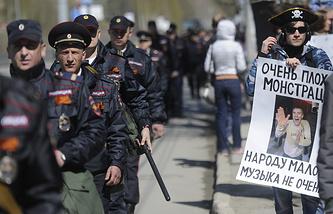 Сотрудники правоохранительных органов и участники первомайской Монстрации на площади Калинина