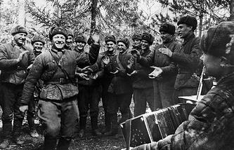 Солдаты на передовой отмечают праздник Первого мая, 1942 год