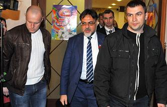 Полпред ЛНР Владислав Дайнего (в центре) перед началом заседания контактной группы по Украине
