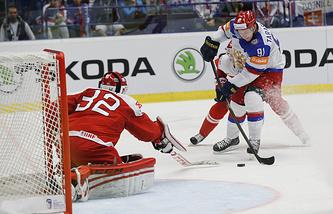 Эпизод из матча между сборными России и Дании
