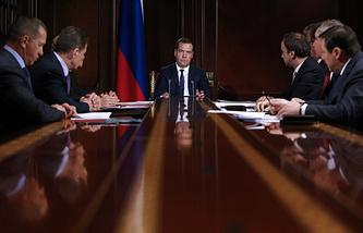 Премьер-министр России Дмитрий Медведев (в центре) на совещании с вице-премьерами РФ