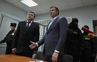 Николай Сандаков (в центре)