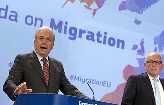 Еврокомиссар по вопросам миграции Димитрис Аврамопулос и зампредседателя Еврокомиссии Франс Тиммерманс