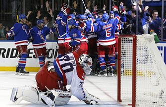 """Хоккеисты """"Нью-Йорк Рейнджерс"""" радуются победе в матче против """"Вашингтон Кэпиталз"""""""