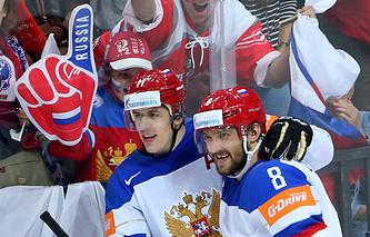 Хоккеисты сборной России Евгений Малкин и Александр Овечкин