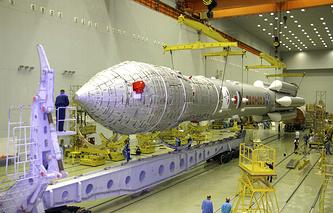 """Ракета-носитель """"Протон-М"""" в монтажно-испытательном корпусе"""