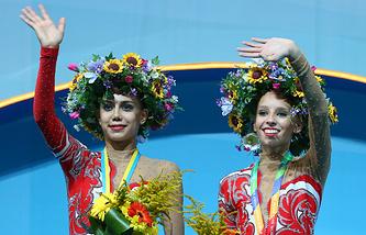 Маргарита Мамун и Яна Кудрявцева (справа) во время церемонии награждения на чемпионате мира по художественной гимнастике-2013