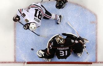 Chicago Blackhawks right wing Marian Hossa, left, scores past Anaheim Ducks goalie Frederik Andersen