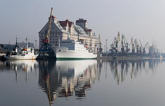 Калининград. Корабли и немецкий элеватор в морском торговом порту