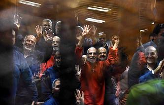"""Мухаммед Бадиа (в красном) и представители движения """"Братья-мусульмане"""" в зале суда, Каир, 16 июня"""