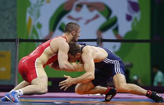 Российский спортсмен Абдулрашид Садулаев и спортсмен из Молдавии Петр Янулов (слева направо) на соревнованиях по вольной борьбе среди мужчин в весовой категории до 61 кг