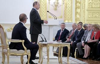 Сопредседатель Центрального штаба ОНФ, секретарь Общественной палаты РФ Александр Бречалов и президент России Владимир Путин
