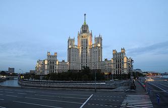 Вид на жилой дом на Котельнической набережной в Москве