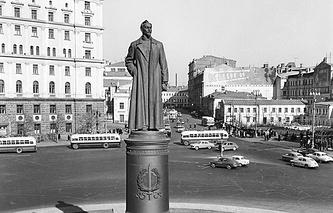 Памятник Дзержинскому на Лубянской площади в Москве. 1960 год