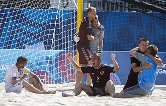 Игроки сборной России после матча по пляжному футболу на I Европейских играх в Баку