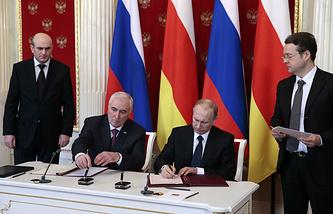 Президент Южной Осетии Леонид Тибилов и президент РФ Владимир Путин во время церемонии подписания совместных документов