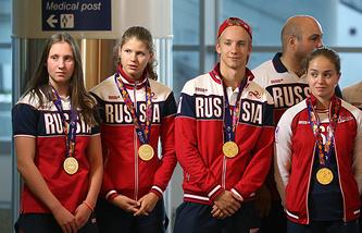 Российские пловцы Анастасия Кирпичникова, Мария Каменева, Кирилл Мордашев (слева направо), завоевавшие золотые медали на Европейских играх-2015