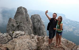 Туристы на горе Ай-Петри в Крыму