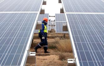 Работник солнечной электростанции в Крыму