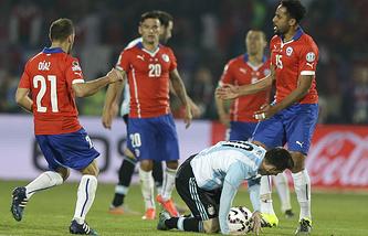 Эпизод из матча между сборными Чили и Аргентины